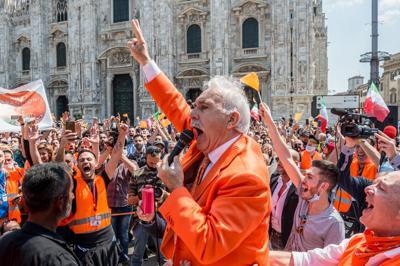 l'ex generale pappalardo che urla e aizza la folla